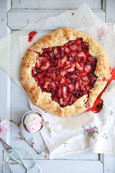 Erdbeer Rhabarber Galette Erdbeerkuchen Tarte Rezept Backrezept Backen Zuckerzimtundliebe strawberry rhubarb galette recipe einfache Tarte Himbeerkuchen Rhabarberkuchen Pie
