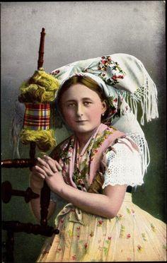 Junge Frau am Spinnrad