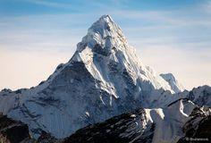 Monte Everest (Tibete/Nepal) - Mundialmente famoso, o Monte Everest está localizado na cadeia montanhosa de Mahalangur, e tem 8848 metros de altitude. O lugar atrai diversos aventureiros experientes, que aproveitam suas rotas de escalada. Apesar de seus caminhos não serem perigosos, fenômenos naturais como o clima, a força do vento e risco de avalanche podem atrapalhar o esporte.