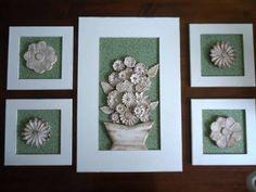 Composição de quadros com peças em relevo