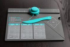 Como Usar la Tabla de Hacer Sobres- Envelope Punch Board En este tutorial os explicamos las nociones básicas para el uso de esta fantástica herramienta. Esta herramienta te permite crear sobres de tamaños diferentes y ademas con un poco de imaginación se pueden realizar otro tipo de cosas como cajitas.