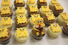 sponge bob cupcakes. surgiu me a ideia de colocar bolachinhas com face do sponge bob em vez da pasta do acucar