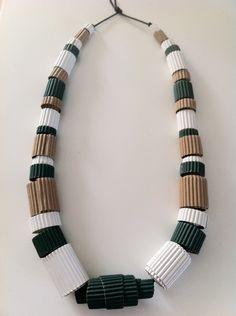 collana realizzata con cartone ondulato