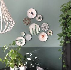 Picnic Party: 70 decorating ideas and theme pictures - Home Fashion Trend Plate Wall Decor, Plates On Wall, Retro Sideboard, Red Wedding Decorations, Festa Toy Story, Theme Pictures, Deco Addict, Themes Photo, Dining Room Walls