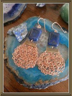 Aros tejidos en hilo de cobre con lapislázuli