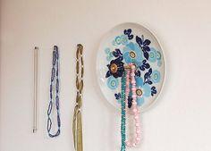 Aus einem weißen Teller mit fröhlichem Blumendekor in verschiedenen Blautönen wird dank einer kleinen Gewindestange und einem dunkelblauen Möbelkna...
