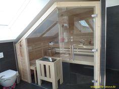 Sauna im Bad, die unterhalb einer Dachschräge konzipiert wurde
