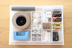 電池やガムテープなど、毎日使うものではないけど、いざという時に無いと困るもの。そんなものも、収納ケースにカテゴライズして収納しましょう。カテゴライズのポイントは、シンプルに。