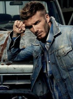 David Beckham This man use to be my all time favorite celeb crush. Beckham is one of the sweetest dads I've seen in the media.which makes him oh so more attractive. He can even make tattoos look good in my opinion. Moda David Beckham, David Beckham Family, David Beckham Style, David Beckham Fashion, Style Casual, Swag Style, Style Hair, Denim Jacket Men, Denim Jeans