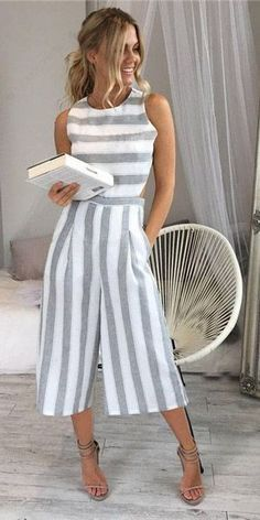 Macacão Pantacourt Listrado Com Recortes nas Costas | UFashionShop - #moldes #dicas #moda
