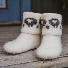 Dette er en oppskrift på tova tøfler som varmer godt opp over leggen, med boots-fasong og sjarmerende sauemotiv. Rett og slett herlige ulltøfler. Ankelskaftet strikkes rundt med settpinner. Selve foten strikkes enklest med 4 pinner (settpinner), det vil si at maskene fordeles på 3 pinner. Det gir et stødig og godt strikketøy. Ravelry, Slippers, Pattern, Felting, Shoes, Fashion, Threading, Moda, Zapatos