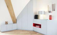 dressing mansarde exemple d'utilisation d'espace avec meubles qui suivent les lignes du toit et armoires blanches
