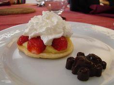 J'ai décoré l'assiette avec des petits chocolats maison. Pour ceux qui préféraient(moi !!) j'ai remplacé la crème pâtissière par de la chantilly.