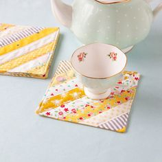 Use scraps of fabric and a small bit of batting to create this sweet set of scrappy coasters from Quilted Coasters, Fabric Coasters, Diy Coasters, Small Sewing Projects, Sewing Projects For Beginners, Sewing Crafts, Patchwork Fabric, Fabric Scraps, Retro Fabric