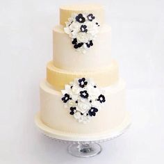 Vintage Ivory wedding cake - Cake by Cupcakelicious