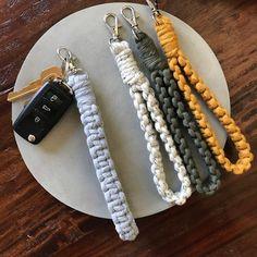 Macrame Art, Macrame Design, Macrame Projects, Macrame Knots, Crochet Projects, Key Keychain, Keychain Ideas, Paracord Keychain, Macrame Patterns