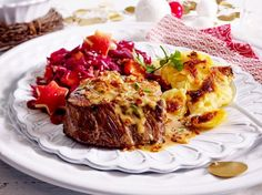 Unser beliebtes Rezept für Steak mit Röstzwiebel-Cognac-Soße und Gratin und mehr als 55.000 weitere kostenlose Rezepte auf LECKER.de.