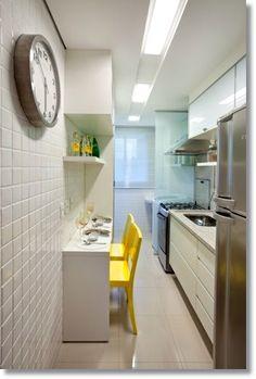 Cozinha branca com cadeiras amarelas, gesso com sanca. Cozinha pequena bem aproveitada. Kitchen small