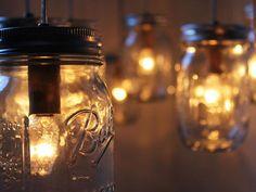 En este artículo encontrás una manera sencilla de realizar lámparas reutilizando frascos.  ¿Qué necesitas? 1) Frascos de vidrio, una buena idea es buscar frascos que tenga un estilo antiguo o vintage para darle un toque extra curioso al terminado. 2) Kit de suspensión de lámpara con bombillos de bajo consumo, busca un kit para lámparas colgantes. 3) Un plato de lámpara de techo para completar. 4) Herramientas para hacer la instalación eléctrica. Recomendación: Las instalaciones eléctricas…