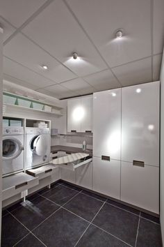 contemporary laundry room white and grey | Bijkeuken kast. super mooi.