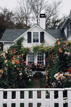 My future house/garden Cottage Shabby Chic, Cozy Cottage, Cottage Homes, Cozy House, Cottage Style, White Cottage, Grandma's House, Cottage Design, Cottage Living