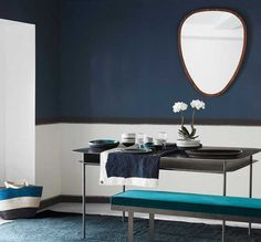 Papier peint bleu et blanc avec effet soubassement dans une salle à manger. Papier peint Sarah Lavoine x Nobilis