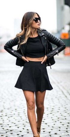 Rock look - Rock look con crop top, gonna corta e giacca di pelle