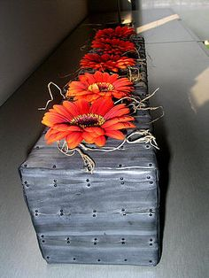 Creative flower arranging with inner tube of bicycle - nice and cheap - DIY Deco Floral, Arte Floral, Floral Centerpieces, Floral Arrangements, Flower Decorations, Diy Flowers, Art Design, Floral Design, Moss Decor