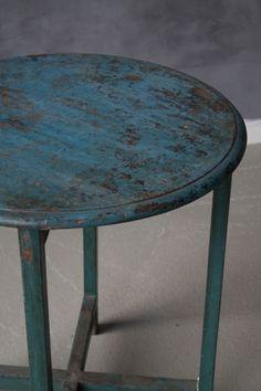 Dekorativ og unik bord fra Trend Design. Et gammelt møbel som er restituert og pusset ned, malingen er gammel og det er også bordet.Disse møblene har særegene preg hvor intet produkt er makent, et unikt produkt laget i India som gjør seg godt i stuen som salongbord eller et avlastningsbord. Et herlig møbel som kan brukes på utalluge måter.Størrelse:H: 75 cmD: 64 cmMateriale og vedlikehold: Tre. Tørk av med en fuktig klut.