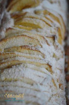 Azeredeti francia almatorta receptje alapján készült; nem tortaformában, hanem őzgerincben sütöttük meg. Azoknak ajánljuk, akik szeretik a gyorsan összeállítható édességeket, az almás sütiket. Ho…