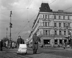 Odpoledne na nábřeží Praha, 1958 Prague Photos, Old Pictures, Czech Republic, Vintage Images, Time Travel, Louvre, Retro, Street View, Black And White