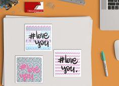 """""""#Love You"""" Con questo biglietto di auguri, ideale per diverse occasioni, doni un tocco unico ad ogni regalo.  Ogni biglietto, realizzato interamente a mano, è unico nel suo genere. La confezione è composta da: 1 biglietto d'auguri """"#LOVE YOU"""", adatto per i tuoi momenti speciali: 11 x 11 cm (4,3"""" x 4,3"""") + busta bianca 11,5 x 11,5 cm  (4,5"""" x 4,5"""")"""