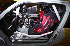 Ein Auto mit Motorradantrieb? Da erinnern wir uns an einen Smart, der einen Hayabusa-Motor in sich trug. Einen ähnlichen Umbau hat es auch im Hause Suzuki gegeben. Suzuki Swift, Auto Motor Sport, Motorcycle, Vehicles, Autos, Small Cars, Motorcycles, Car, Motorbikes