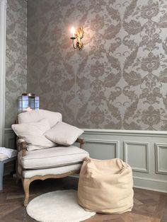 Salon de manucure à Paris : La Pomponnière, pour prendre soin de ses ongles, vernis, nailart Intérieur papier peint baroque pouffe fauteil beige http://www.vogue.fr/beaute/l-adresse-de-la-semaine/diaporama/la-pomponnire/21043/carrousel