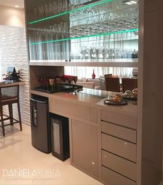 Bom diaaaa, fom essa cristaleira linda! ___________________________________________________ ✍🏻 Autori Home Bar Rooms, Home Theater Rooms, Balcony Bar, Indoor Bar, Modern Home Bar, Wine House, Dining Room Table Decor, Home Bar Designs, Man Cave Home Bar
