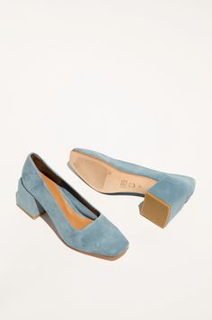Square toe pump, suede leather. Heel covered in suede leather. Made in…