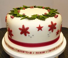 Christmas cake with holly & ivy wreath - another great example of a simple wreath of holly and ivy leaves, this time set off by those rich red snowflakes.