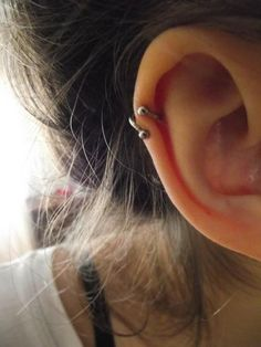 Helix Piercing With Circular Barbell Ring. Someone please get me a circular barbell ring? Innenohr Piercing, Spiderbite Piercings, Types Of Ear Piercings, Tattoo Und Piercing, Piercings Ideas, Helix Piercing Jewelry, Heart Piercing, Double Cartilage Piercing, Piercings Bonitos