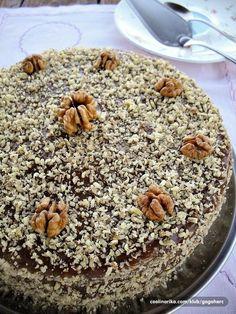 """Prava retro tortica od sastojaka koji su se koristili i pre pola veka.. Mnogo je ukusnija nego što na prvi pogled izgleda, jer su kore porozne, pa su lepo upile fil, tako da je cela tortica sočna i vlažna.. Recept zatestoje moj, original karamel fil je Miličin (Milicaa74), pa uz njenu saglasnost objavljujem recept za ovu ukusnu """"ortačku"""" torticu... ❤"""