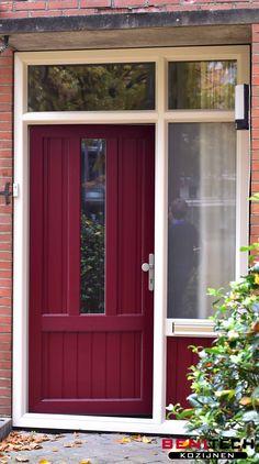 Een rode kunststof voordeur met zijraam geplaatst door Benitech Kozijnen