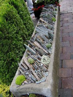Beautiful retaining wall idea for adding layers in the garden Japanese Garden Design, Garden Inspiration, Small Backyard Landscaping, Landscape Curbing, Alpine Garden, Rock Garden, Outdoor Gardens, Garden, Gravel Garden