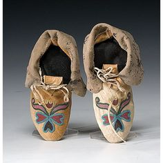 Floral beaded moccasins (N. Plains), n. Native American Moccasins, Native American Clothing, Native American Artifacts, Native American Beadwork, American Indians, Loom Beading, Beading Patterns, Drums Of Autumn, Beaded Moccasins