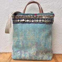 Vloerkleedje wordt tas..... In een winkel zag ik een (nieuw) vloerkleedje, en dacht meteen: dit is de stof waarvan ik een tas ga maken. D...
