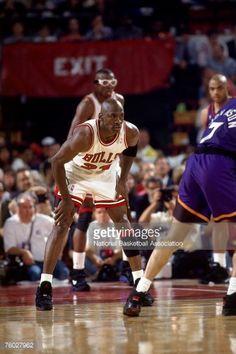 Fotografia de notícias : Michael Jordan of the Chicago Bulls catches his...