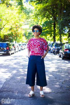RIOetc | Moda e arte  Pantacourt, blusona estampada, óculos espelhado e... OS sapatos!