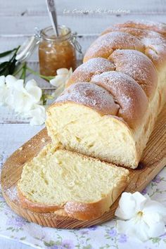 Brioche with milk- Pan brioche al latte Milk brioche – the softest and the softest you have ever tasted - Bakery Recipes, Dessert Recipes, Cooking Recipes, Chef Recipes, Soup Recipes, Plum Cake, Sweet Cakes, Sweet Bread, Food Cakes