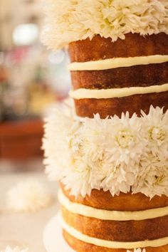 naked cake with white mums