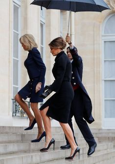 Brigitte Macron greets Melania Trump at the Élysée Palace in Paris - Stepping out: Melania and Brigitte look chic in their classic outfits as they make their way up the - Elysee Palace, Milania Trump Style, Trump Is My President, French President, Melania Knauss Trump, Us First Lady, Malania Trump, Beaux Couples, Brigitte Macron