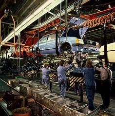 zeitweise-arbeiteten-22-000-menschen-bei-opel-in-bochum-das-bild-zeigt-mitarbeiter-1979-bei-der-endmontage-eines-kadett-d