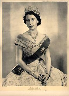 """"""" the crown stood upon her head and portrayed a notion that she was a women who ruled this monarchy and no-one else could that from her until the slice of death - Queen Elizabeth II """""""